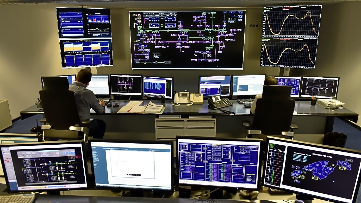 EL GRAN HERMANO DE LA ELECTRICIDAD. En la imagen, el Centro de Control de REE en Baleares (CECOIB), entre cuyos cometidos se incluye calcular la demanda de energía en la comunidad y programar una generación energética ajustada a esas previsiones. El CECOIB también opera la red de transporte de la energía eléctrica y supervisa todo el sistema de manera ininterrumpida: 24 horas al día durante los 365 días del año.