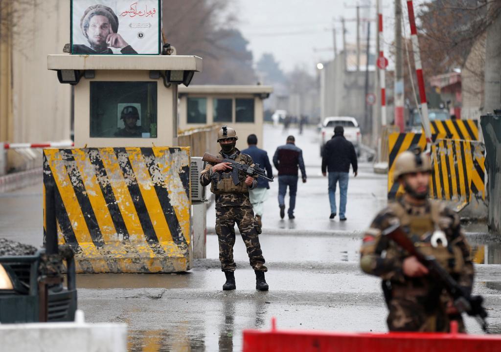 Fuerzas de seguridad afganas tras otro ataque suicida, el 28 de febrero.