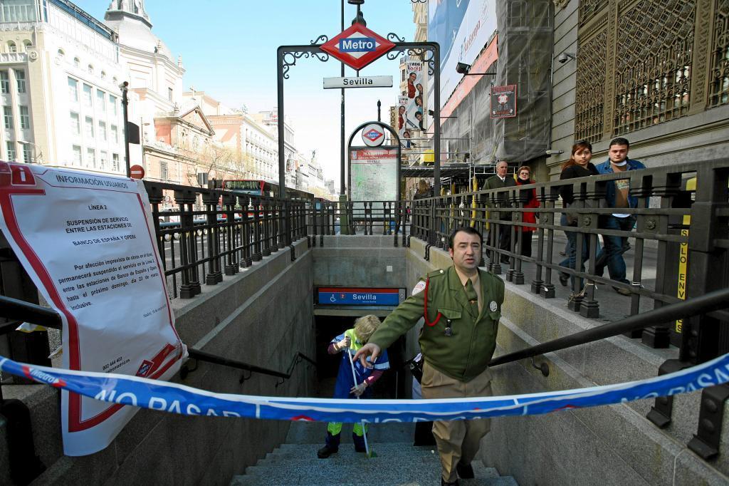 La estación de metro de Sevilla cerrada por otras obras.