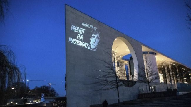 Una imagen pidiendo la libertad de Puigdemont se proyecta sobre la...