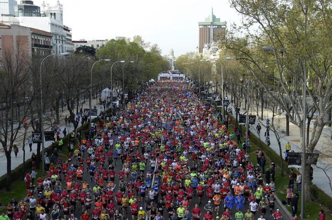 Miles de corredores tras la salida, en la que se han dado cita más de 35.500 atletas.