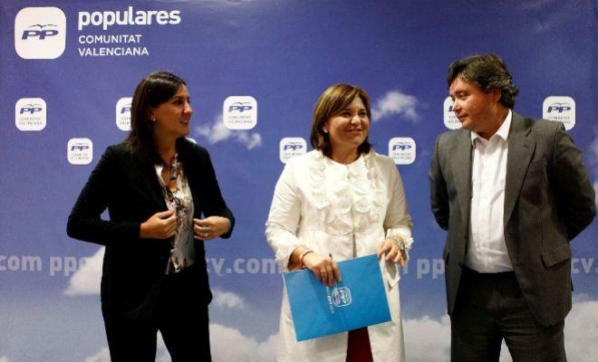 La diputada María José Català, la presidenta regional, Isabel Bonig, y el presidente de la gestora de Valencia, Luis Santamaría.