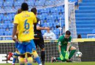 Lizoain ataja un balón, en el partido contra el Alavés.