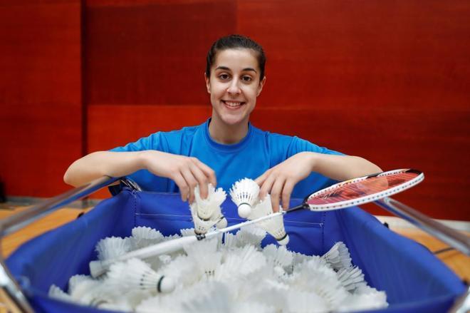Carolina Marín posa con un cesto de volantes y su raqueta en el CAR de Madrid.
