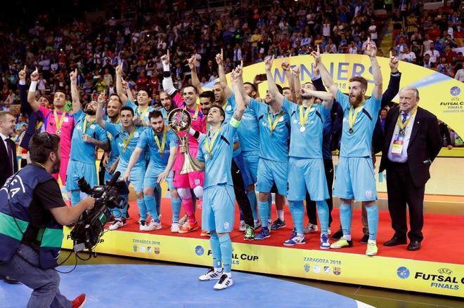Los jugadores del Inter celebran su victoria ante el Sporting, en la final que se jugó en Zaragoza.