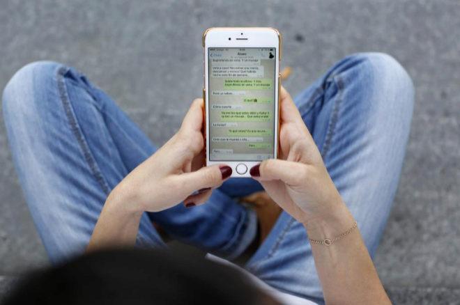 Conversación por Whatsapp en un teléfono móvil.