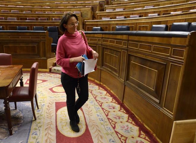 Carolina Bescansa abandona el Hemiciclo tras un pleno del Congreso de los Diputados.