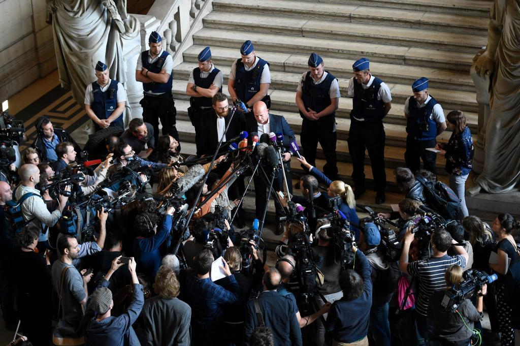 Decenas de periodistas atienden a las palabras del abogado de Salah Abdeslam en la corte belga.