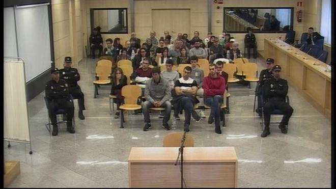Los acusados, durante una de las sesiones del juicio por la agresión...