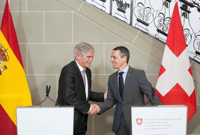 Los ministros de Exteriores español y suizo, Alfonso Dastis e Ignazio...