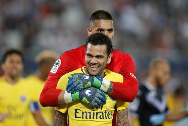 Dani Alves y Alphonse Areola celebran la victoria del PSG ante el...