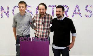 El líder de Podemos, Pablo Iglesias (c), el diputado Íñigo Errejón...