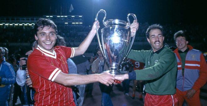 Michael Robinson sostiene, junto a Grobbelaar, la Copa de Europa...
