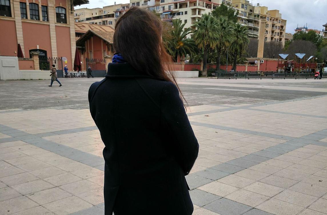 La madre del niño posa de espaldas en una calle de Palma.