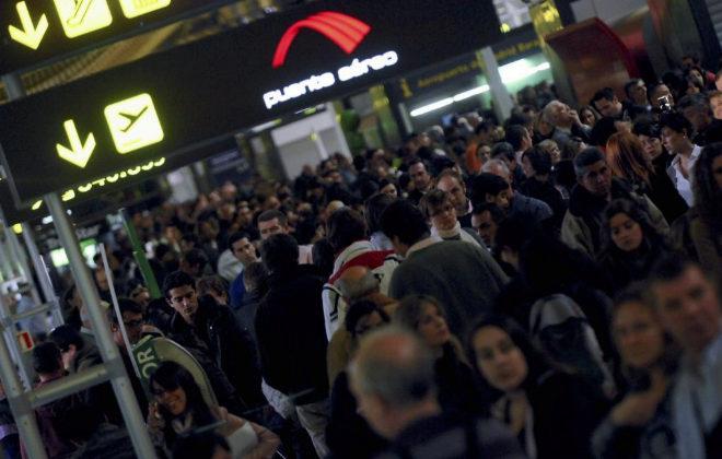 Decenas de pasajeros en una de las terminales del aeropuerto de Barajas.