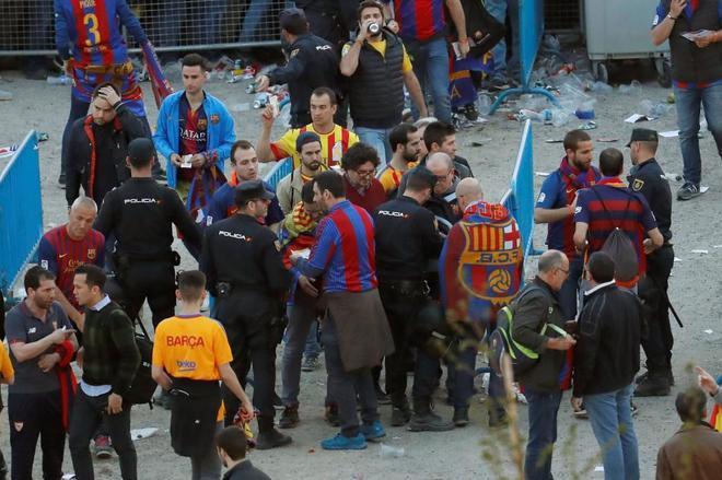 Aficionados del Barcelona, controlados por la Policía Nacional a las puertas del estadio Wanda Metropolitano.