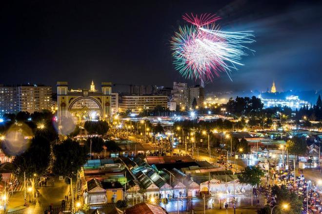 Fuegos artificiales en la noche de despedida de la Feria de Abril.