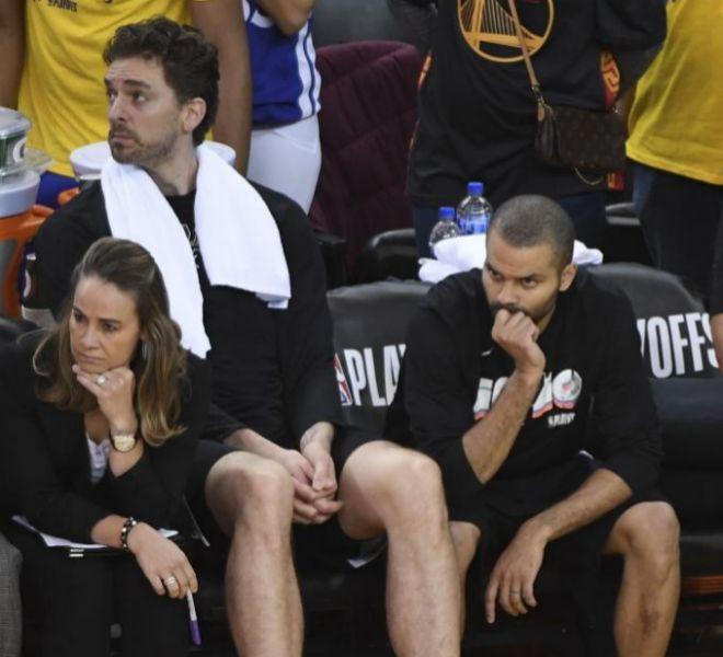 Pau Gasol y Tony Parker, en el banquillo del Oracle Arena de Oakland.