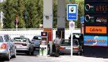 Varios conductores repostan sus vehículos en una gasolinera de...