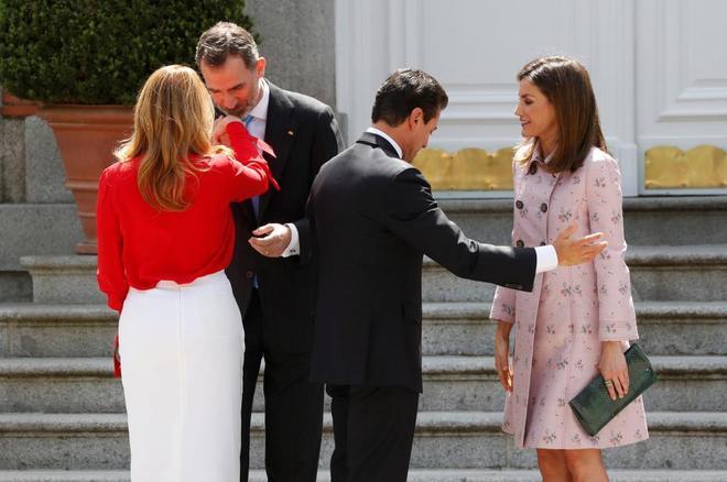 El rey Felipe VI y la reina Letizia, acompañados del presidente de México, Enrique Peña Nieto y su esposa, Angélica Rivera, en el Palacio de la Zarzuela.