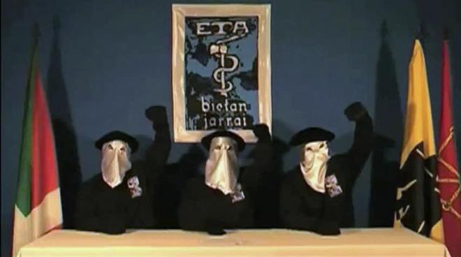 Imagen del vídeo de la disolución de la banda terrorista ETA