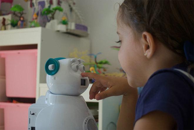 Una niña juega con una de las versiones del robot creado por la compañía Aisoy