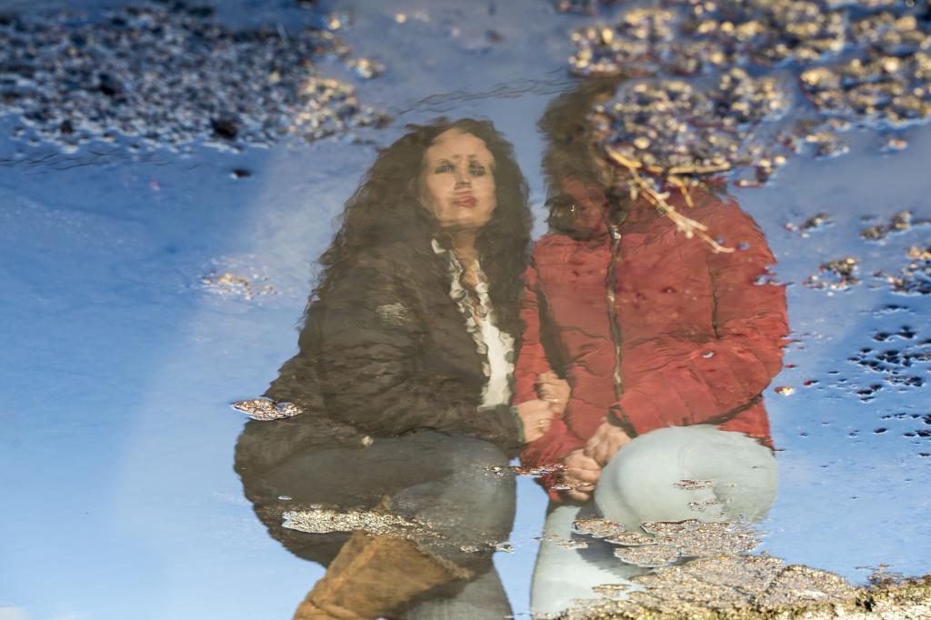 Las hermanas Loly e I. posan para EL MUNDO.