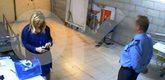Fotograma del vídeo en que el guarda de seguridad registra a...