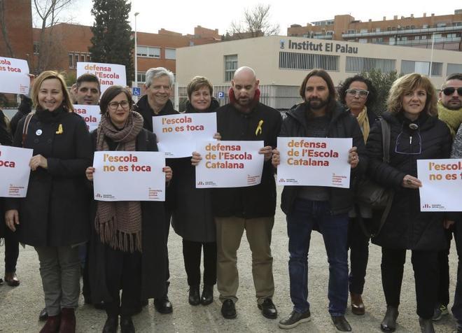 """Miembros de ERC y profesores """"se manifiestan en defensa de la escuela catalana"""" frente al IES El Palau."""