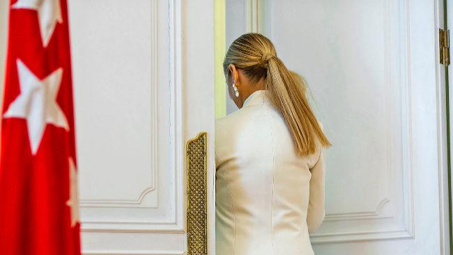 Cristina Cifuentes abandona la sala de la sede de Gobierno tras...