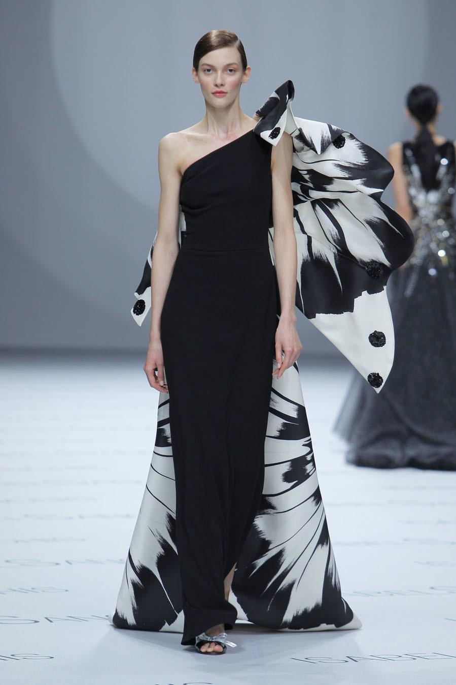 Sanchís presentó también vestidos de invitada inspirados en la...