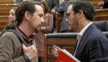 Pablo Iglesias y Alberto Garzón charlan en el Pleno del Congreso