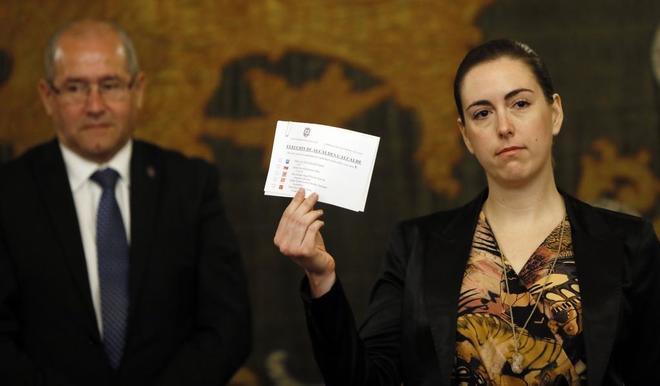 Momento en el que la concejal Nerea Belmonte votó en blanco durante...