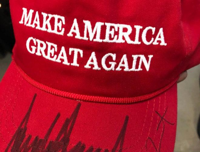 Kanye West compartió una imagen de la icónica gorra roja firmada por...