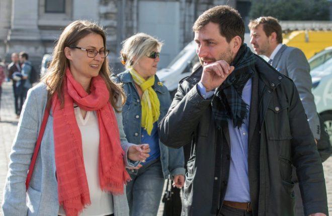 Los ex consejeros catalanes Meritxell Serret y Toni Comín, a su...