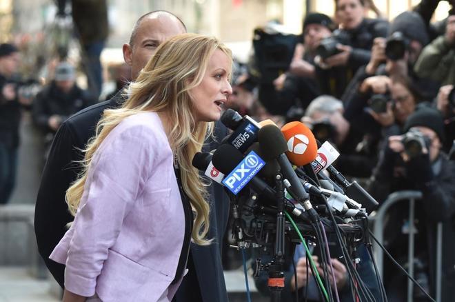 La actriz porno Stormy Daniels se dirige a los periodistas frente a la Corte Federal en Nueva York.