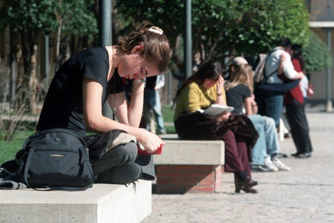 Estudiantes durante la realización del examen MIR en la Universidad...