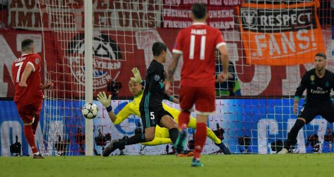 Navas detiene el lanzamiento de Franck Ribery.