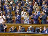 Los diputados del PP aplauden ayer a Montoro, mientras Rajoy y...