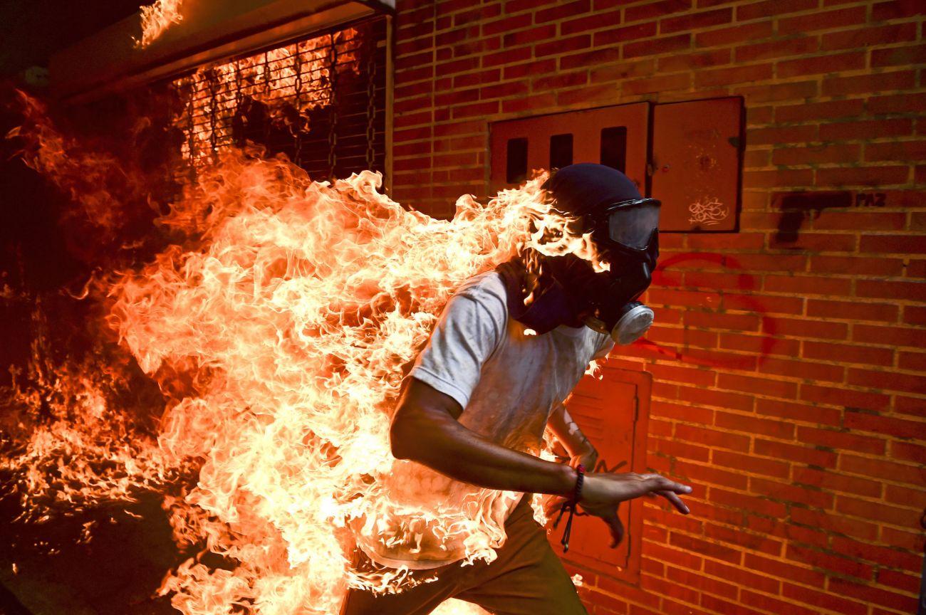 El manifestante José Victor Salazar Balsa arde en llamas durante una...