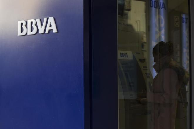 Una mujer saca dinero en un cajero del BBVA en Castellón.