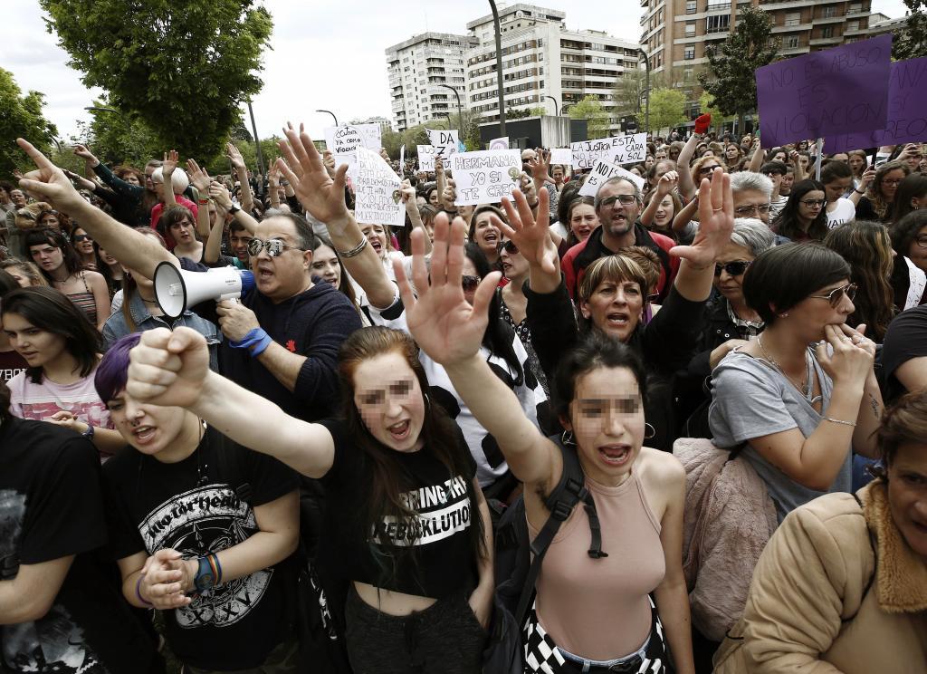 Manifestantes frente a la Audiencia Provincial de Navarra este...
