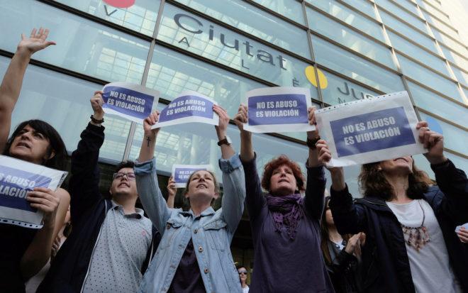 Personas concentradas frente a la Ciudad de la Justicia de Valencia...