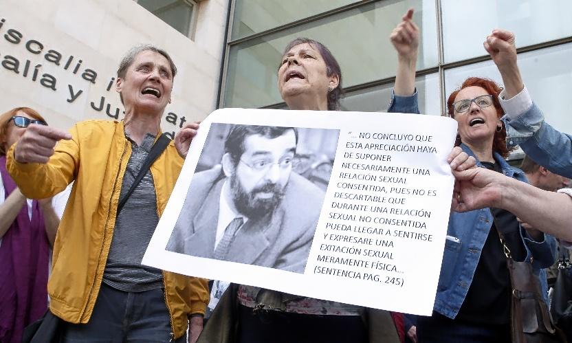 Manifestantes muestran una foto del juez discrepante de la sentencia...