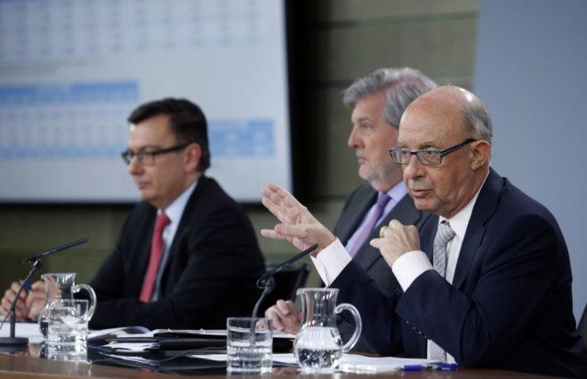 El ministro de Hacienda, Cristóbal Montoro, junto al portavoz del Gobierno.  y el ministro de Economía.