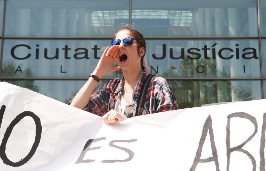 Una joven protesta en Valencia contra la sentencia de La Manada.