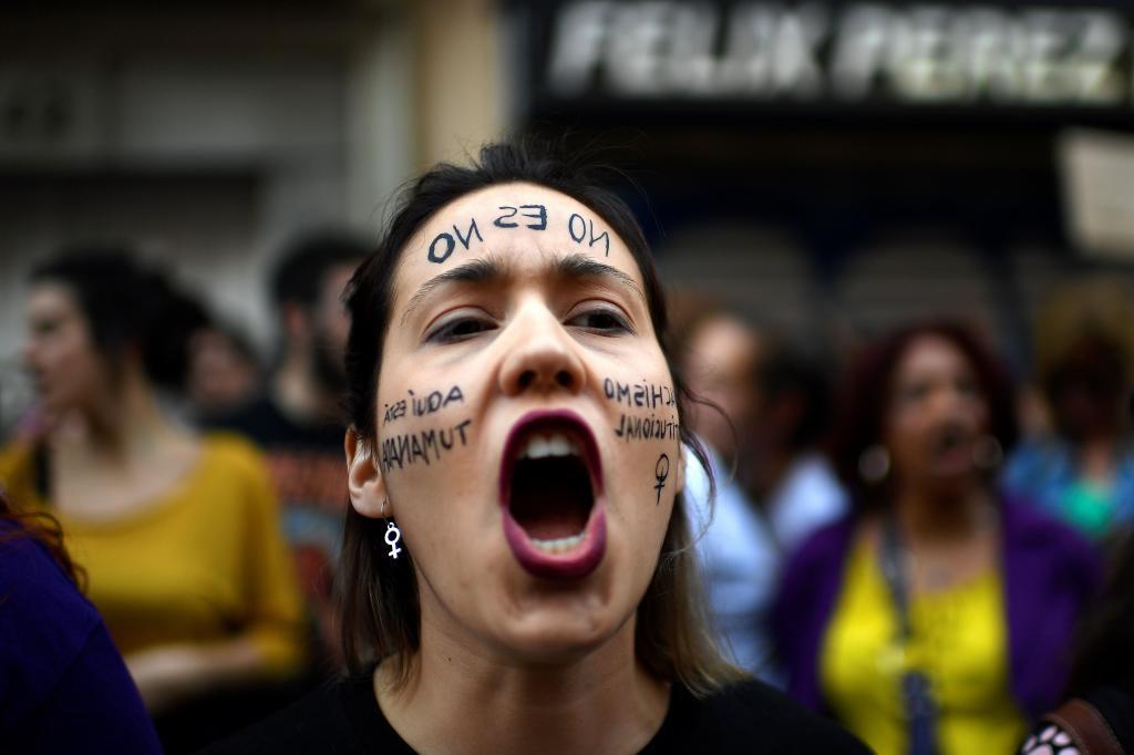 Una mujer participa en la protesta ante el Ministerio de Justicia horas después de darse a conocer la sentencia de La Manada.
