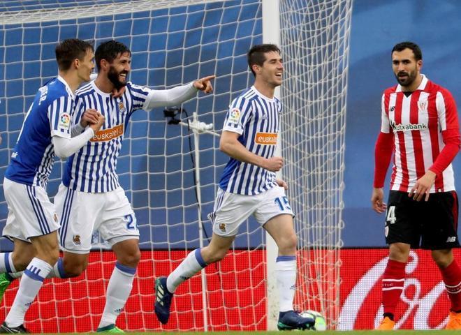 Los jugadores de la Real Sociedad celebran uno de los goles ante el Athletic.