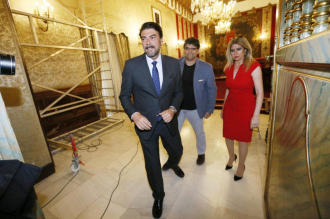 El alcalde de Alicante, Luis Barcala (PP), antes de entrar en el último pleno, con  los portavoces de Guanyar y el PSOE, Miguel Ángel Pavón y Eva Montesinos.