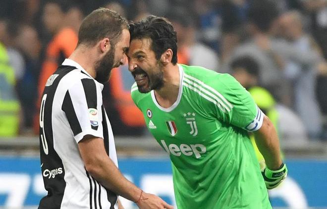22bce1619c494 Buffon e Higuain celebran el importante triunfo de la Juventus. DANIEL DAL  ZENNAROEFE